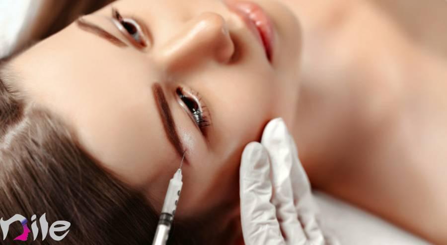 دختری با آرامش در حال تزریق چربی به صورت
